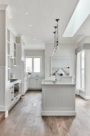 weiße küche mit mittelblock bild kaufen 12682446
