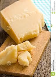 morceaux de fromage à pâte dure italien sur une table en bois