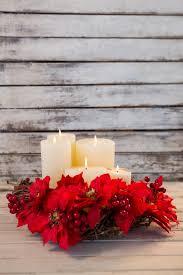 bougies blanches allumées avec des fleurs rouges télécharger des