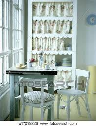 weiß vierziger stühle und zinc topped tisch in weiß