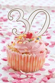 kleiner kuchen mit rosa zuckerguss und streuseln für eine 30 geburtstag