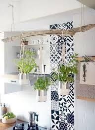 clevere ideen für offene küchenregale und lager dekor diy