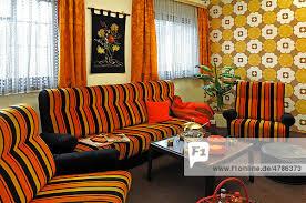 sitzecke eines 70er jahre wohnzimmers auf einer