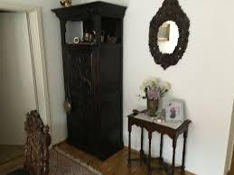 esszimmer antik mit sitzbank 3 stühlen zwei tische schrank und spiegel