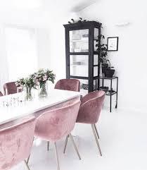rosa samt stühle schwarzer schrank im weissen raum