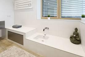 gemauerte sitzbank mit fußwaschbecken fliesenboden in