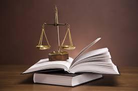 sur le bureau papier peint balance de la justice et le marteau sur le bureau