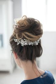 Coiffure Cheveux Attaches 20 Idees Fascinantes Pour Les Futures Mariees Stylees Winter WeddingsWinter Wedding IdeasRomantic WeddingsHair