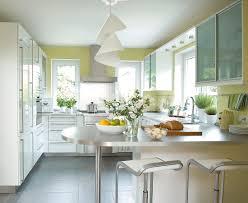 küche in weiß metallic und grün tresen bild kaufen