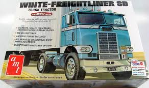 White Freightliner - AMT | Car-model-kit.com