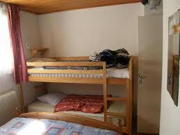 chambre avec lit superposé une chambre confortable avec deux lits superposés