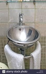 edelstahl glänzend runde waschbecken im bad stockfotografie