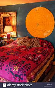 im indischen stil gestalteten schlafzimmer mit rosa und rot