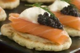 canapés saumon fumé canapés au saumon fumé aux crevettes au caviar et au fromage frais