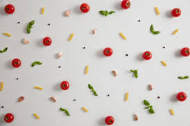 ungekochte fusilli nudeln um tomaten und verschiedene