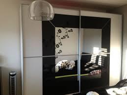 schwebetürenschrank schwarz weiß spiegel