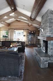 rustikales wohnzimmer mit offenem kamin bild kaufen