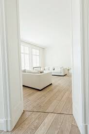 moderner heller wohnraum mit weißem sofa bild kaufen