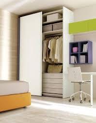 corniche cuisine bois pour armoire armoire contemporaine en bois a porte