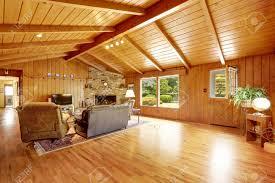 blockhaus haus interieur mit gewölbter decke wohnzimmer mit kamin und ledercouch