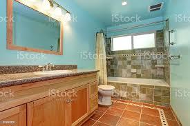 badezimmer in blauen farbe mit grün geflieste wand paspeln stockfoto und mehr bilder architektur