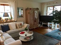 gemütliches wohnzimmer mit gekalkten bauernschrank