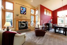 modernes großes offenes wohnzimmer mit rote stockfotos