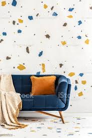 orange kissen und decke auf blauem sofa in bunte wohnzimmer interieur mit tapete echtes foto stockfoto und mehr bilder blau