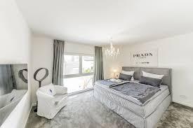 schlafzimmer mit blauem teppichboden caseconrad
