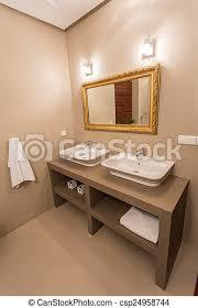 spiegel mit goldrahmen in luxuriösem badezimmer canstock