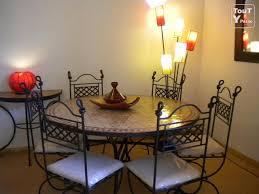 table en zellige et chaises en fer forgé caen 14000