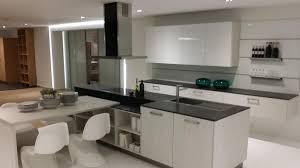 cuisine blanche et plan de travail bois étourdissant cuisine blanche plan de travail noir et cuisine en