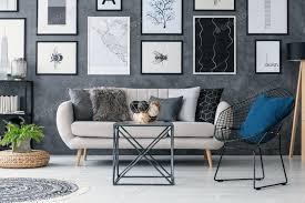 pflanze auf hocker neben sofa in grau wohnzimmer interieur mit tab foto bialasiewicz auf envato elements