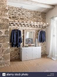 kleidung in naturstein schlafzimmer luberon bauernhaus