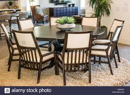 moderne runde tisch 8 stühle stockfotografie alamy