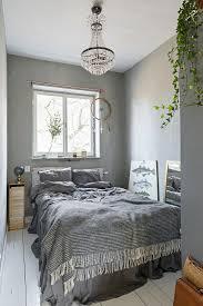 schlafzimmer in grautönen mit weißem bild kaufen