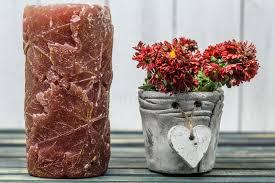 coeur de en pot bougie avec des fleurs au coeur de pot photo stock image 79415029