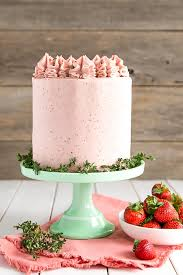 strawberry cake with mascarpone buttercream liv for cake