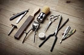le bureau vintage outils de vintage de salon de coiffure sur le bureau en bois photo