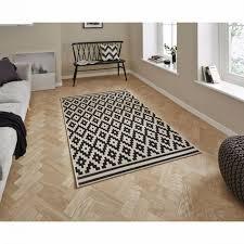 teppich mit geometrischem muster im ethno stil schwarz und sandfarben