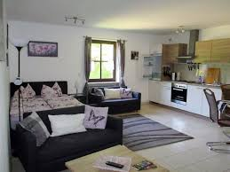 wohnzimmer mit bett und küche reiterhof finkenmühle