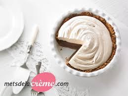 dessert avec creme fouettee tarte au chocolat et crème fouettée au café metro