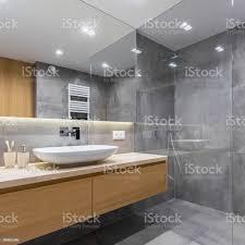 graue badezimmer mit langen arbeitsplatte stockfoto und mehr bilder architektur