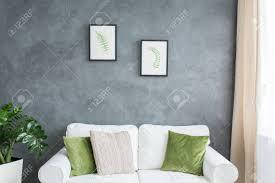 grüne dekoration auf weißer im grauen wohnzimmer