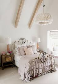 shabby chic schlafzimmer in pastellfarben kronleucher mit