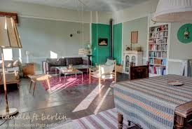 großes wohnzimmer mit kaminofen landluft berlin