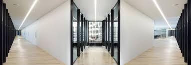 aux bureaux nendo ajoute les surfaces r3fléchissantes aux bureaux et le café