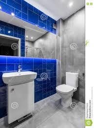 badezimmer in den grauen und blauen farben stockbild bild