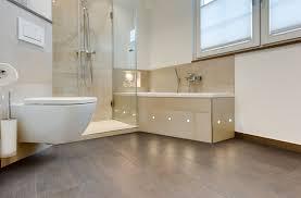 modernes badezimmer mit reduziertem fliesenspiegel