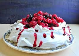 dessert avec creme fouettee pavlova aux fruits rouges il était une fois la pâtisserie